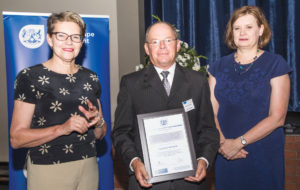 Penny Vinjevold (links), superintendent-generaal van die Wes-Kaapse departement van Onderwys, en Debbie Schäfer (regs), Wes-Kaapse minister van onderwys, saam met Alewyn Hanekom, hoof van die Laerskool Wesbank, met die toekenning aan die skool.